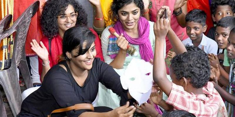 நிவாரண முகாமில் பாட்டு பாடி மகிழ்வித்த ரம்யா, ரீமா, பார்வதி