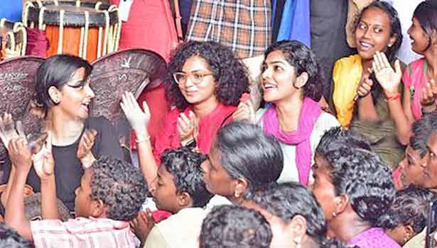 201808281802421660_Actresses-flood-relief-camps-in-Kerala_SECVPF