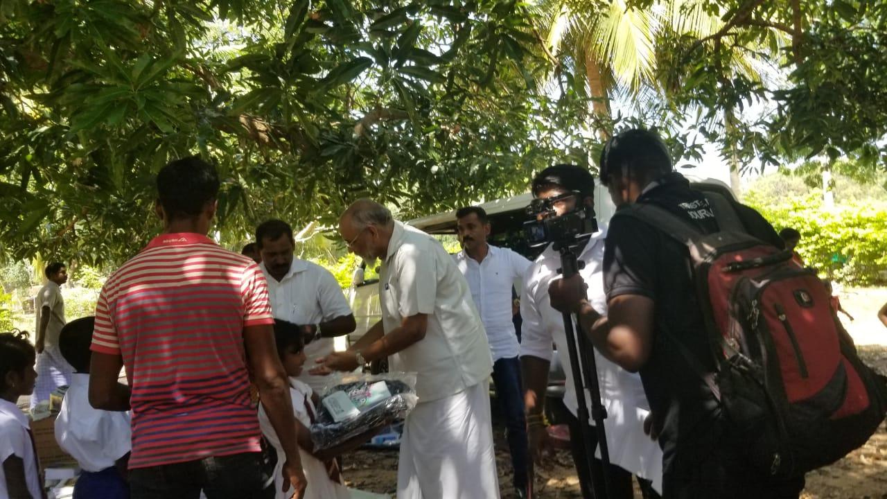 கேப்பாப்புலவில் தமிழ் மக்கள் கூட்டணி மக்களுக்கு உணவுப்பொருட்கள் வழங்கியது