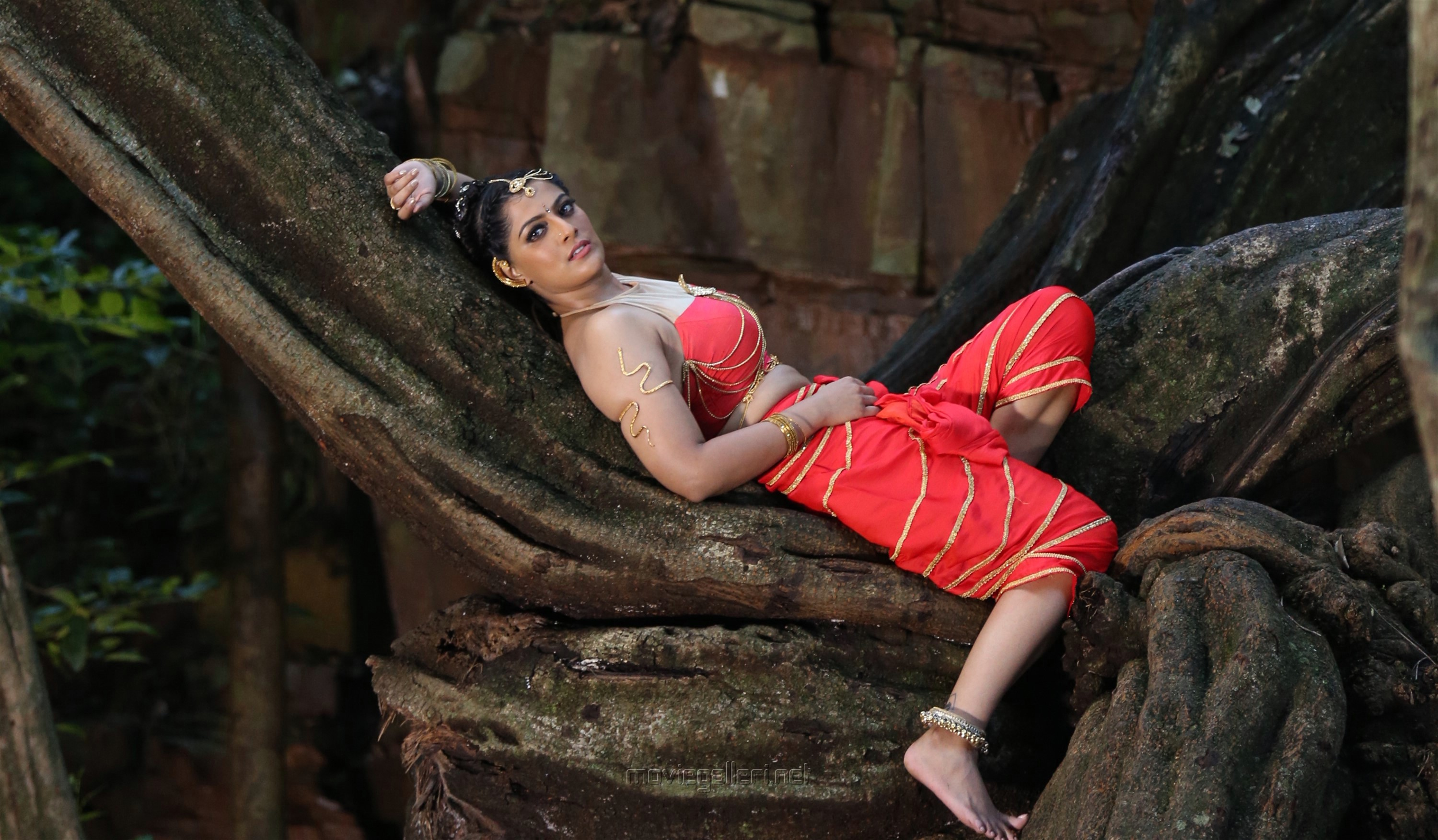 Neeya 2 Actress Varalakshmi Images HD