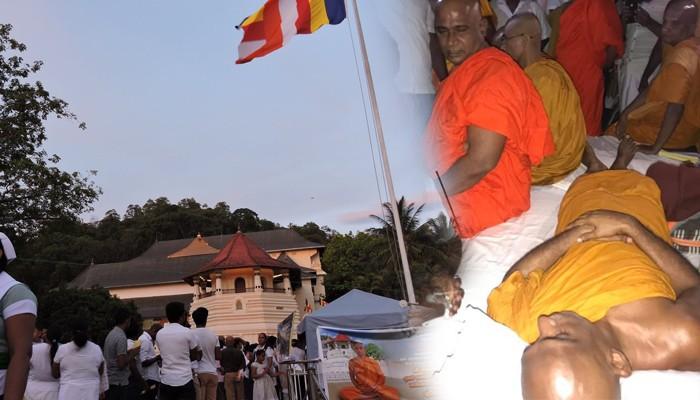 ரத்தினதேரருக்கு ஆதரவாக தலதாமாளிகைக்கு முன்னால் கூடும் மக்கள்
