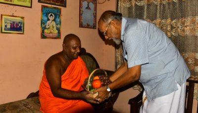 கல்முனை சுபத்திரா ராமய விகாராதிபதி மற்றும் விக்னேஸ்வரன் சந்திப்பு
