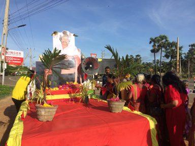 நல்லூரில் தியாக தீபம் திலீபனின் உருவப்படத்திற்கு பெருமளவிலான மக்கள்  அஞ்சலி செலுத்தி வருகின்றனர்