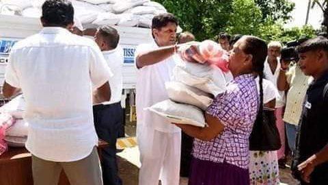 மழை வெள்ளம் காரணமாக பாதிக்கப்பட்ட மக்களுக்கு  சஜித் நேரில் சென்று உதவி