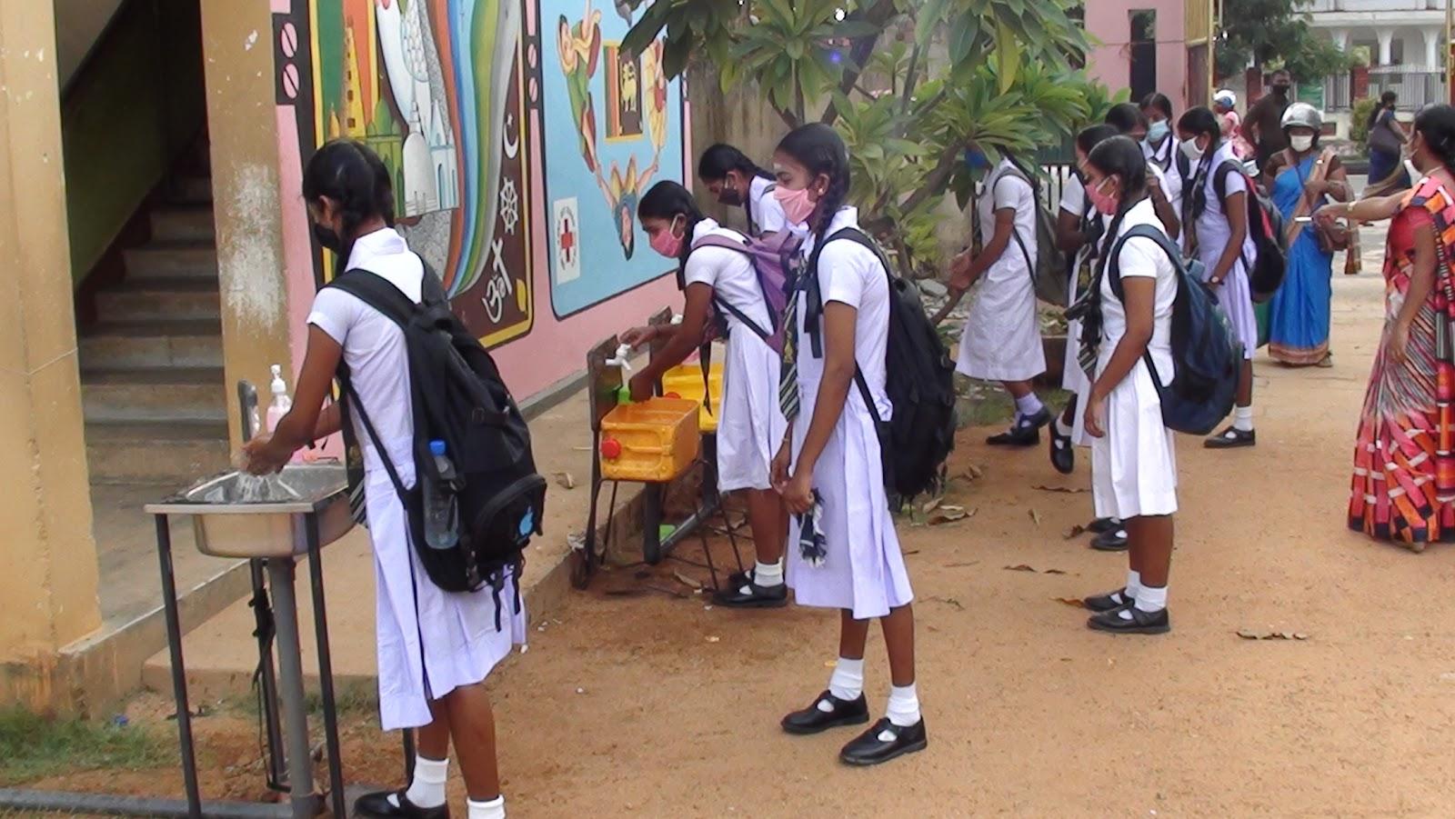 113 நாட்களின் பின்னர் பாடசாலை சென்ற மாணவர்கள் : படங்கள்